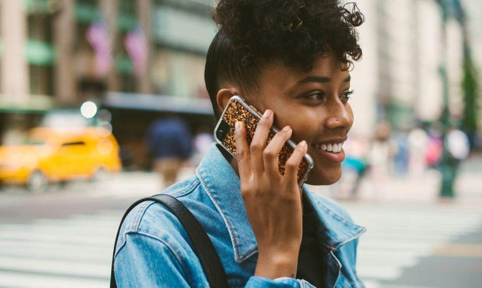 Mujer hablando por teléfono y aprendiendo inglés