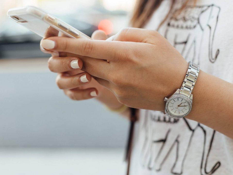 Cómo hablar por teléfono en inglés: Frases y consejos